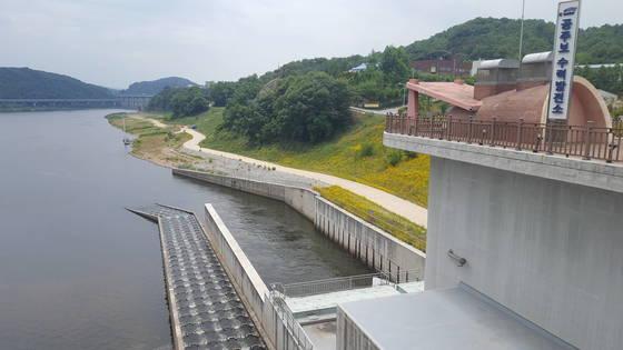 충남 공주시 우성면에 조성된 금강 공주보. 우안(右岸)에 설치된 수력발전소에서 물을 방류하면서 전력을 생산하고 있다. 바로 옆에는 물고기가 이동할 수 있도록 어도(魚道)가 나란히 놓여 있다. 공주=신진호 기자