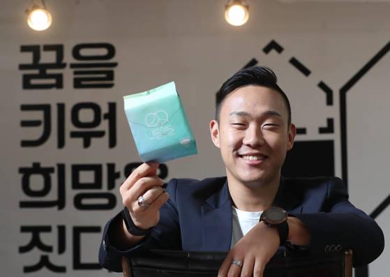 사회적기업 업드림코리아의 이지웅대표가 서울 면목동 사무실에서 9월 출시되는 칙한 생리대 '산들산들'을 들고 있다. 우상조 기자
