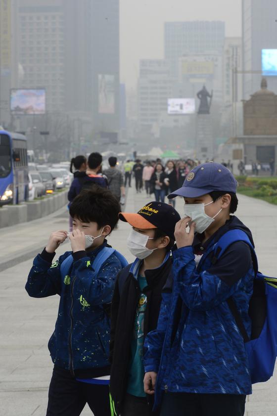 미세먼지가 기승을 부린 10일 오후 서울 광화문 광장에서 초등학생들이 광화문광장을 걷고 있다. 이날 환경부는 서울 미세먼지 '나쁨'으로 미세먼지 주의보를 내렸다. [중앙포토]