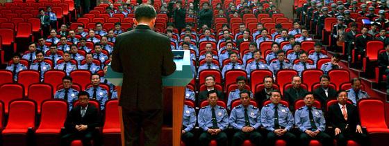 2014년 11월 18일 김석균 전 해양경찰청장이 인천시 연수구해양경찰청 강당에서 열린 퇴임식에서 인사말을 하고 있다. [중앙포토]