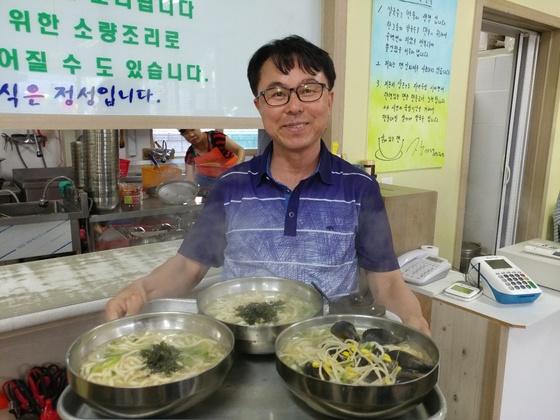 오색시장 장가네 손칼국수 장경순(54) 사장이 푸짐한 칼국수를 보여주고 있다. 김민욱 기자