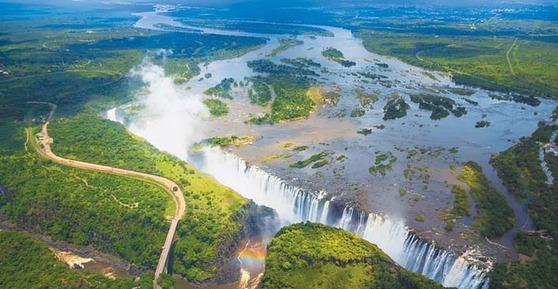 세계 3대 폭포 중 하나인 빅토리아 폭포. 잠비아와 짐바브웨 두 나라에 걸쳐 있다. [사진 롯데관광]
