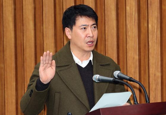 """1월 9일 국정조사 제7차 청문회에서 노승일 씨가 """"폭로 이후 신변의 위협을 느끼고 있다""""고 말했다. 고영태 씨도 같은 이유로 한동안 잠적하게 됐다고 했다. [중앙포토]"""