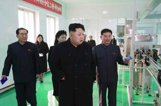 지난 2015년2월 5일 김정은 노동당 위원장은 평양화장품공장을 찾아 북한산화장품의 품질을 높일 것을 강조했다. [사진=노동신문]