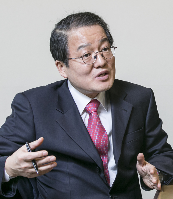 남성욱 고려대 행정대학원장은 아모레퍼시픽 기술연구소에 북한산 화장품 64개의 성분 분석을맡겼다.