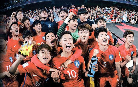 '신태용의 아이들'이 주목받고 있다. 한국이 U-20 월드컵 조별리그에서 2연승을 거두자 유럽의 스포츠 에이전트들과 스카우트들이 한국 선수들을 눈여겨본다. 23일 아르헨티나를 2-1로 꺾고 16강 진출을 확정한 뒤 이승우(가운데) 등 한국 선수들이 기뻐하고 있다. [전주=뉴시스]