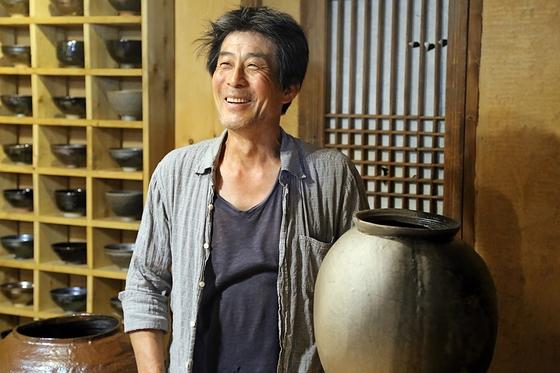 김시영 작가는 조선시대에 명맥이 끊긴 흑자를 재현한다. 강원도 홍천 작업실을 개방해 흑자의 아름다움을 알릴 참이다.