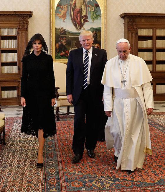 23일 바티칸에서 프란치스코 교황을 만난 도널드 트럼프 미국 대통령 부부. 멜라니아는 바티칸의 복장 규범에 따라 검은 드레스를 입고 베일을 썼다. [AP=연합뉴스]