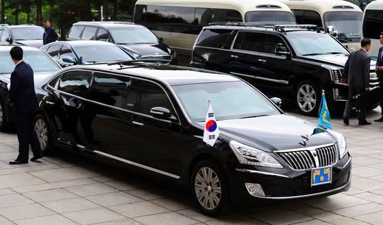 문재인 대통령이 10일국회 로텐더홀에서 제19대 대통령 취임식을 하고 있을때대통령 전용차량이 주차되어 있다.