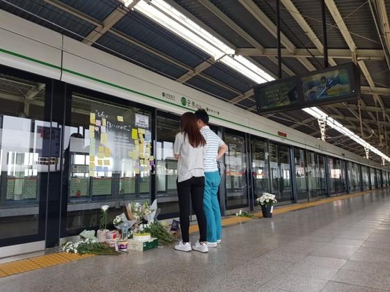구의역 스크린도어 사고 1주기를 맞아 시민들이 사고로 숨진 김모씨를 추모하고 있다. 김민관 기자