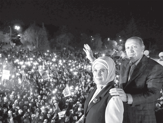 레제프 타이이프 에르도안(63) 터키 대통령과 부인 에민 여사가 지난 4월 16일 개헌안 국민투표가 통과된 뒤 이스탄불에서 환호하는 지지자들에게 손을 흔들고 있다.