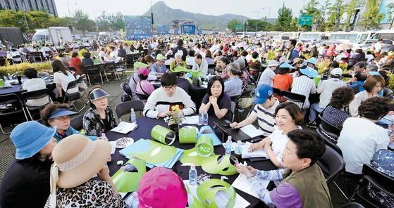 미세먼지 오염에 대한 시민들의 우려가 커지고 있다. 27일 오후 서울 광화문광장에서 열린 '미세먼지 해결을 위한 3000인 원탁회의'에 참가한 시민들이 광장에 설치된 테이블에 둘러앉아 토론하고 있다. 박종근 기자