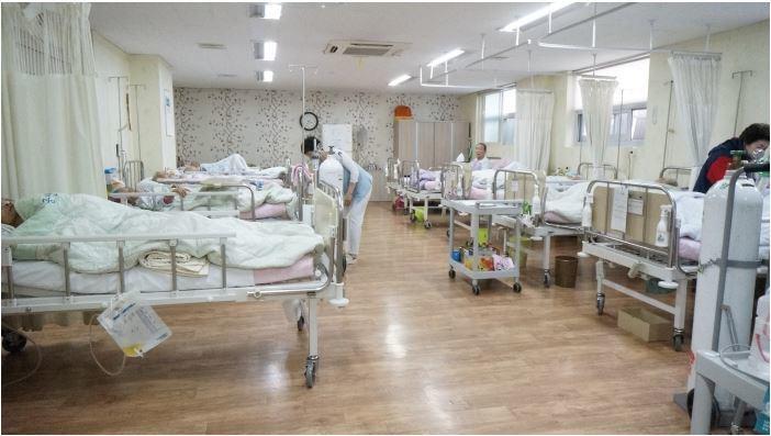 한 요양병원의 입원실 모습. 10명 이상 환자가 입원할 수 있다.[중앙포토]