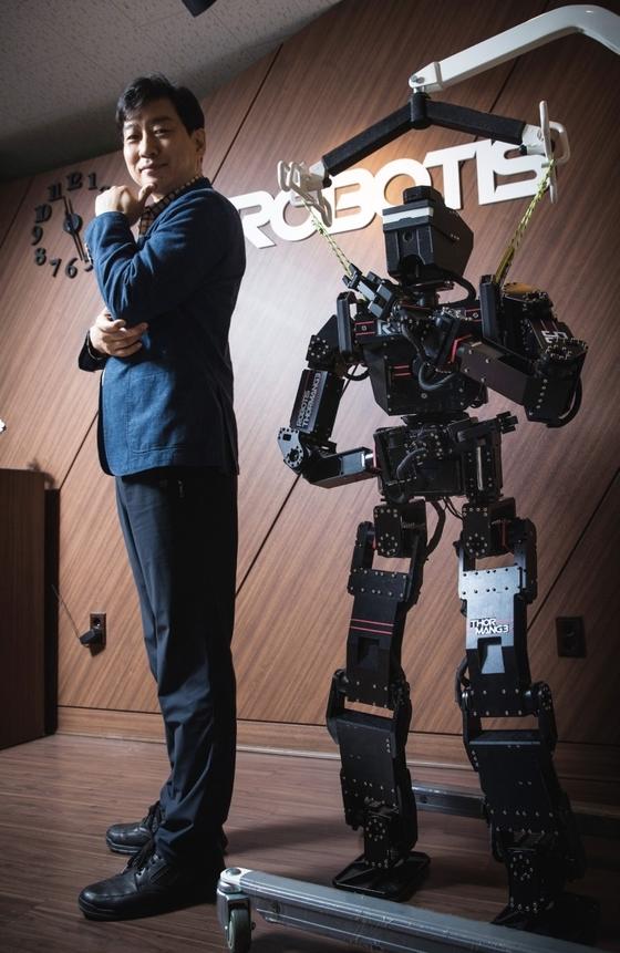 김병수 로보티즈 대표가 5월12일 오전 가산동 로보티즈 사무실에서 인간 크기의 휴머로이드 로봇 똘망과 포즈를 취했다. 로보티즈는 차세대 로봇 플랫폼으로 세계시장에 판로를 개척 중이다. / 사진제공·우상조 기자