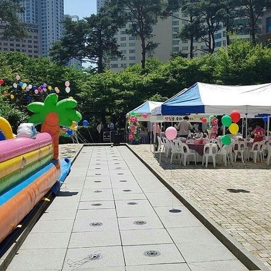 청주 지웰시티 야외 광장에서 A총장이 자녀 생일파티를 하기 위해 설치한 에어반운스와 그늘막, 현수막이 보인다. [사진 지웰시티 입주민]