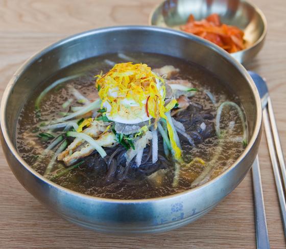 비빔밥처럼 두툼한 고명을 얹어주는 진주식 냉면. 70년 전통을 이어온 하연옥은 진주냉면을 하는 대표 식당이다.
