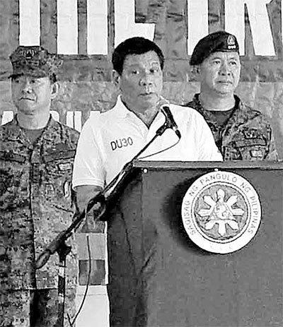 지난 27일 로드리고 두테르테 필리핀 대통령(가운데)이 남부 술루주 졸로에 있는 합동기동부대를 방문해 장병들에게 연설하고 있다. [AFP=연합뉴스]