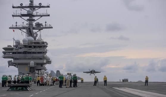지난 22일 일본 근해에서 초계 작전 중인 미국의 로널드 레이건함에서 항공기 이착륙 훈련이 이뤄지고 있다. [사진 미 해군]
