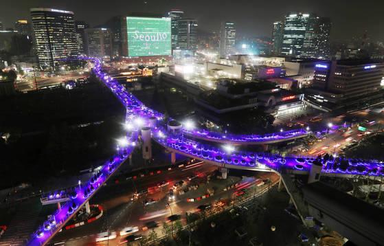 서울로7017의 밤. 짙푸른 조명이 은하수를 연상시킨다. 김경록 기자