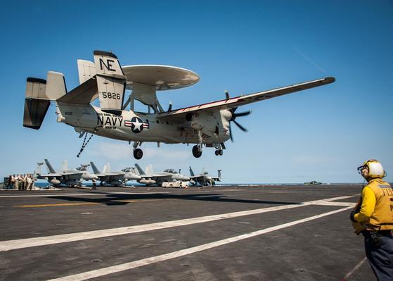 지난 20일 동해에 전개된 칼빈슨함 갑판에서 E-2 호크아이가 착륙을 시도하고 있다. [사진 미 해군]