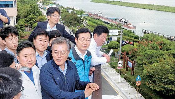 문재인 대통령이 지난해 8월 부산·경남 지역 국회의원들과 함께 부산 낙동강 유역을 찾아 녹조 실태를 파악하고 있는 모습.