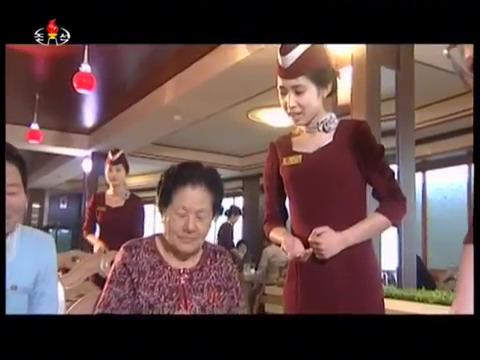 평양 여명거리 영복식당을 찾은 주민이 전자식탁에서 봉사원의 설명을 들으며 음식을 주문하고 있다. [사진 조선중앙TV 캡처]