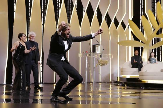 제70회 칸국제영화제 황금종려상에 호명되자, 환호를 지르는 '더 스퀘어'의 루벤 외스틀룬드 감독