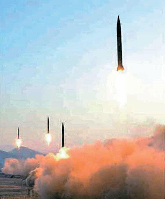 북한군이 지난 3월 6일 평안북도 철산군 동창리에서 스커드-ER 4발을 발사하고 있다. [사진 노동신문]