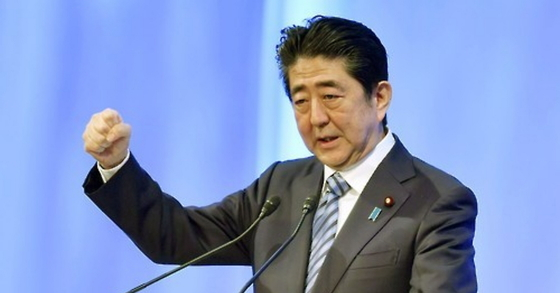 아베 신조(安倍晋三) 일본 총리가 5일 열린 집권 자민당 대회에서 주먹을 쥐어 보이며 연설하고 있다. [도쿄 교도=연합뉴스]