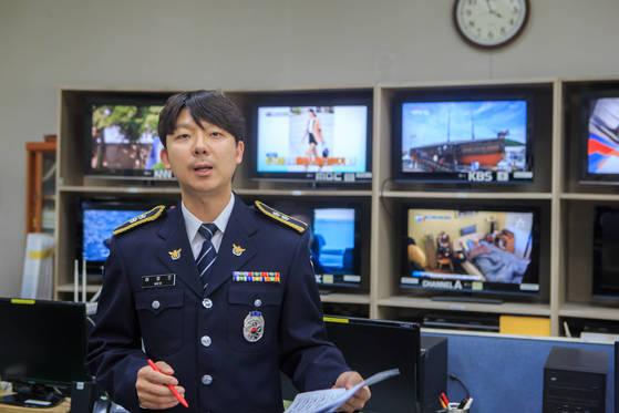 허정오 경감이 부산경찰청 영상모니터룸에서 동영상 제작 과정을 설명하고 있다. [사진 부산경찰청]