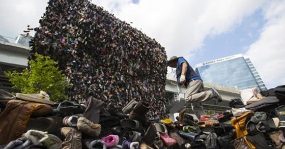 15일 오후 '서울로 7017' 공사 현장에서 10만 개 신발로 만든 '슈즈 트리'가 설치돼 있다. [사진 서울=연합뉴스]