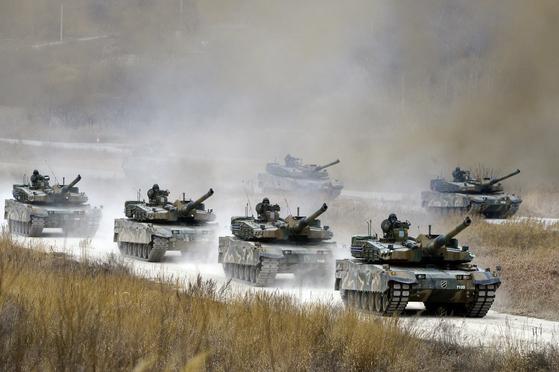 지난해 2월 육군 제11기계화보병 사단 기갑수색대대 소속 K-2 흑표전차가경기도 양평 비승사격장에서기동및 실사격 훈련을 하고 있다. 이 전차들은 1차 생산분이다. [중앙포토]