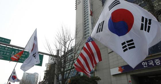 지난 3월 17일 대구시 수성구 범어네거리에서 헌법재판소와 국회의 박근혜 전 대통령 탄핵인용 결정을 규탄하는 태극기집회가 열려 참가자들이 태극기를 흔들고 있다. 프리랜서 공정식.