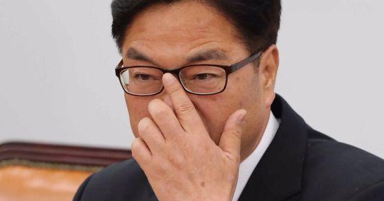 우원식 더불어민주당 원내대표가 28일 국회에서 이낙연 총리 인준안에 대한 촉구 기자회견을 하고 있다. 오종택 기자