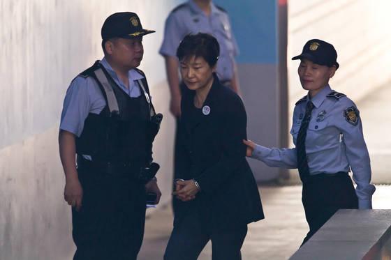 '비선 실세' 최순실씨와 공모해 592억원대 뇌물을 받거나 요구, 약속한 혐의로 구속기소 된 박근혜 전 대통령이 29일 오전 호송차에서 내려 속행공판이 열리는 서울중앙지법 법정으로 향하고 있다.