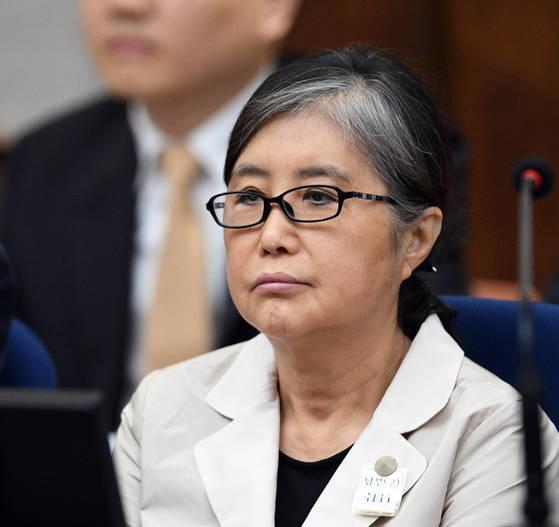 최순실이 23일 서울중앙지법 417호 대법정에서 재판 시작을 기다리고 있다. 사진공동취재단