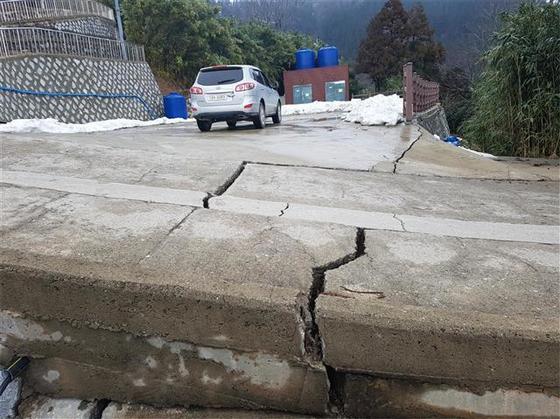 지난 3월 15일 땅꺼짐 현상이 일어난 경북 울릉군 도동리 까끼등마을. KBS 울릉중계소 인근 도로에 금이 가 있다. [사진 울릉군]