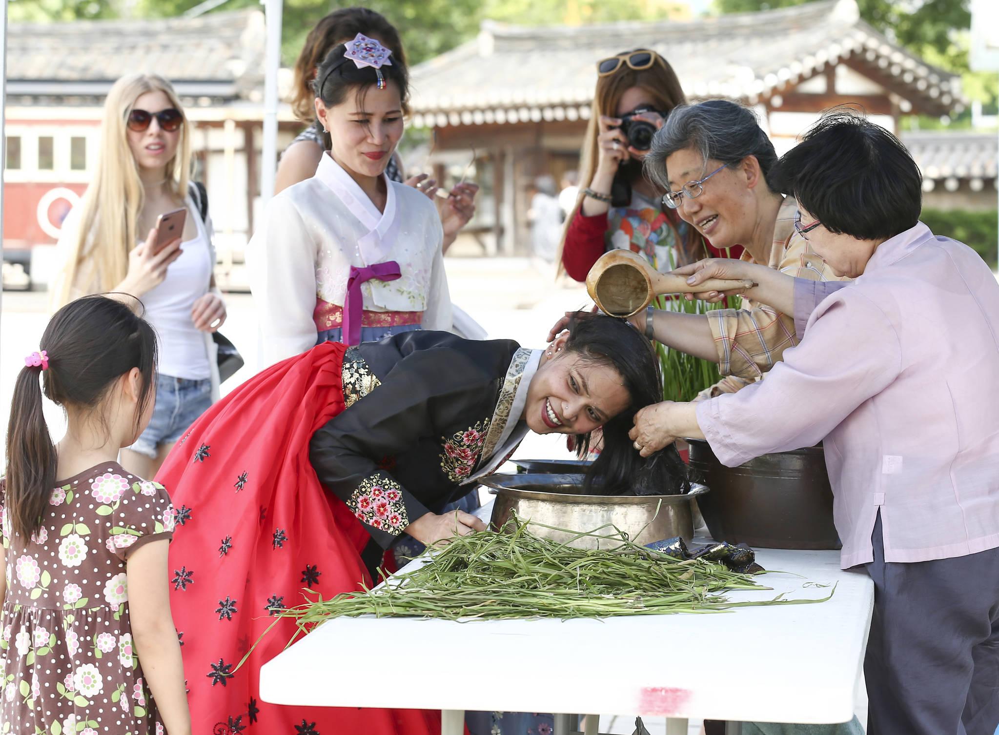 서울 국립민속박물관은 단오인 30일 단오부채만들기,창포물 머리감기 등 단오체험 프로그램을 마련했다. 외국인 관광객이 창포물 머리감기 체험을 하고 있다.임현동 기자
