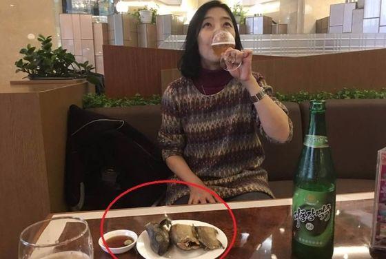 고려호텔에서 맥주를 마시고 있는 재미교포 신은미 [사진 신은미 페이스북 캡처]