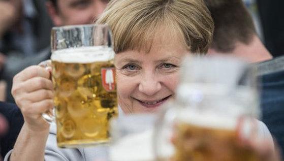 앙겔라 메르켈 독일 총리가 28일(현지시간) 독일 뮌헨에서 여당인 기독교민주연합의 선거 유세에서 연설한 뒤 맥주로 축배를 들고 있다. [뮌헨 EPA=연합뉴스]