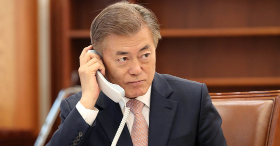 문재인 대통령이 11일 오후 청와대 본관 집무실에서 아베 일본 수상과 전화통화를 하고 있다. 청와대 제공