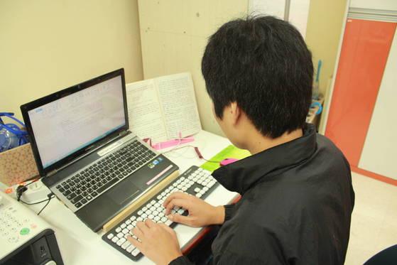 20대 조현병 환자가사회복귀시설에서구직 활동을하고있다.