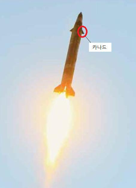 북한은 최근 스커드 미사일 탄두 부분에 전방 날개인 카나드를 장착해 미사일이 목표물에 다가 갔을 때 자세를 안정시키고 유도할 수 있도록 했다. 지난 29일 김정은 노동당 위원장이 지켜보는 가운데 미사일이 동해상으로 향하고 있다. [사진 노동신문]
