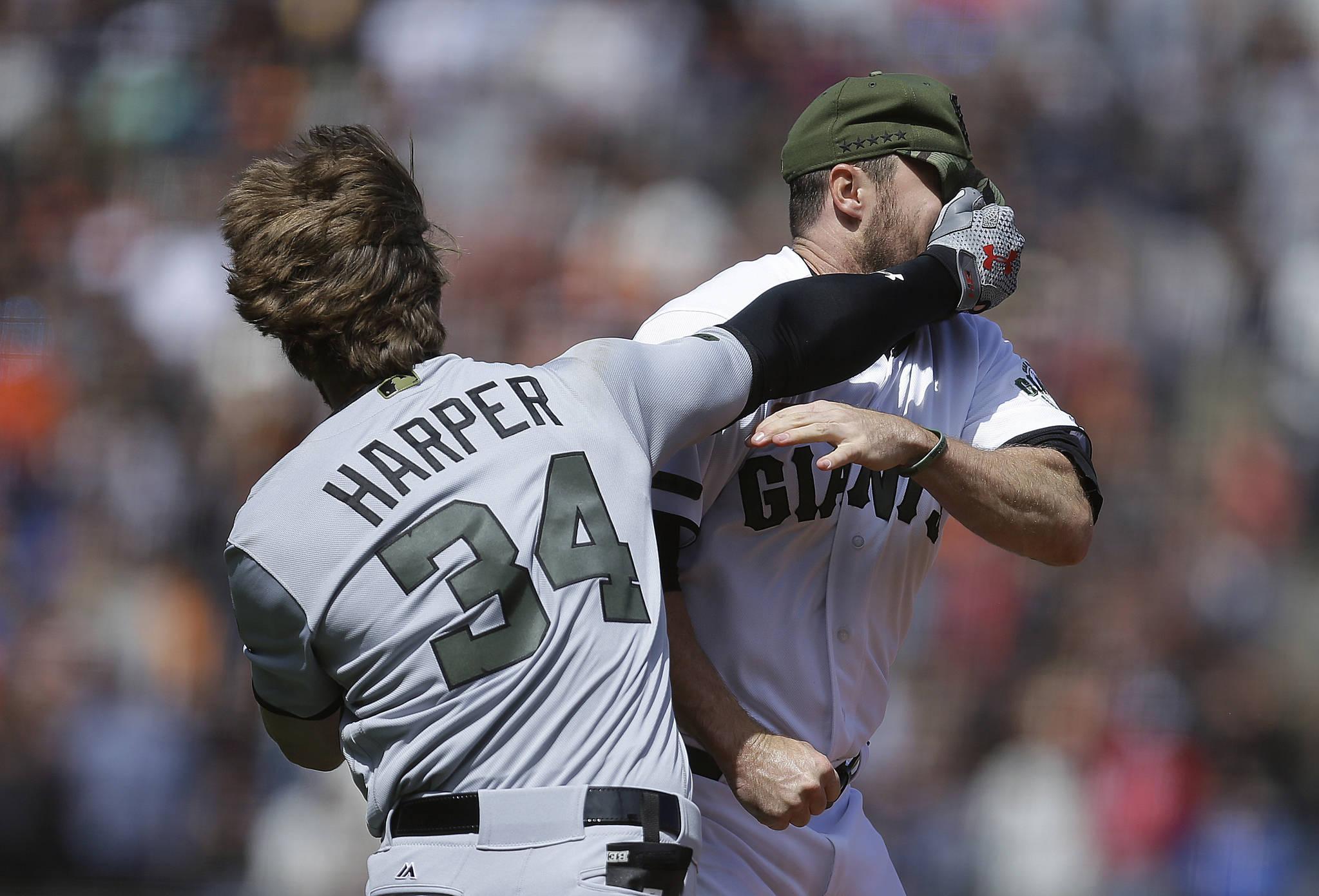 30일(한국시각) 미국 캘리포니아주 샌프란시스코 AT&T 파크에서 열린 2017 메이저리그 경기에서 워싱턴 브라이스 하퍼(왼쪽)가 샌프란시스코 헌터 스트릭랜드와 난투극을 벌이고 있다. [AP=연합뉴스]
