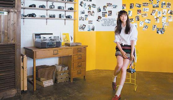 지난 19일 부산 청사포 해변 인근 팝업 카페 '모카사진관'에 동서식품 모델 이나영이 방문했다. [사진 동서식품]