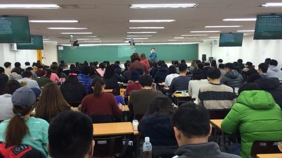 서울 노량진의 한 학원에서 공무원 시험 준비를 하는 수강생들이 강의를 듣고 있다. [중앙포토]