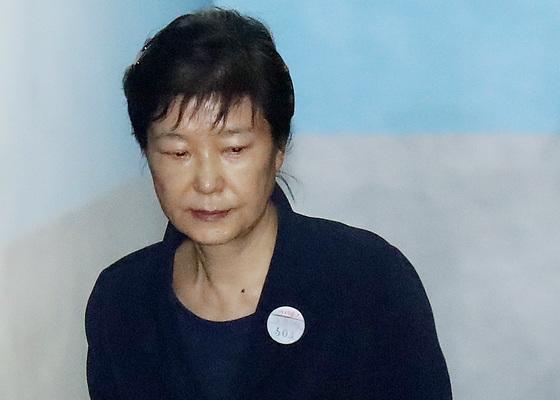 박근혜 전 대통령이 30일 오전 호송차에서 내려 서초동 서울지법 법정으로 향하고 있다. 우상조 기자