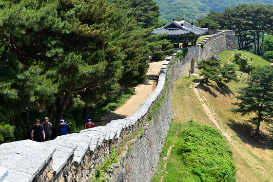 현충일이 있는 6월은 우리 역사를 되돌아보며 걷기여행을 즐겨보면 어떨까. 백제, 신라를 거쳐 조선 때까지 충북 청주 지역을 지킨 상당산성.