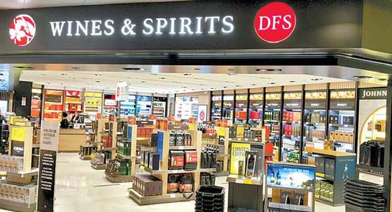 하이트진로는 주요 국제공항 면세점을 통해 세계에 소주 알리기에 나섰다. 사진은 참이슬과 오츠가 입점한 싱가포르 창이국제공항 면세점. [사진 하이트진로]