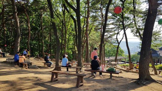 서울 관악산의 도시숲에서 시민들이 쉬고 있다. [사진 국립산림과학원]